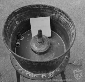 1935: Antica vasca per la verniciatura manuale delle piastrelle.